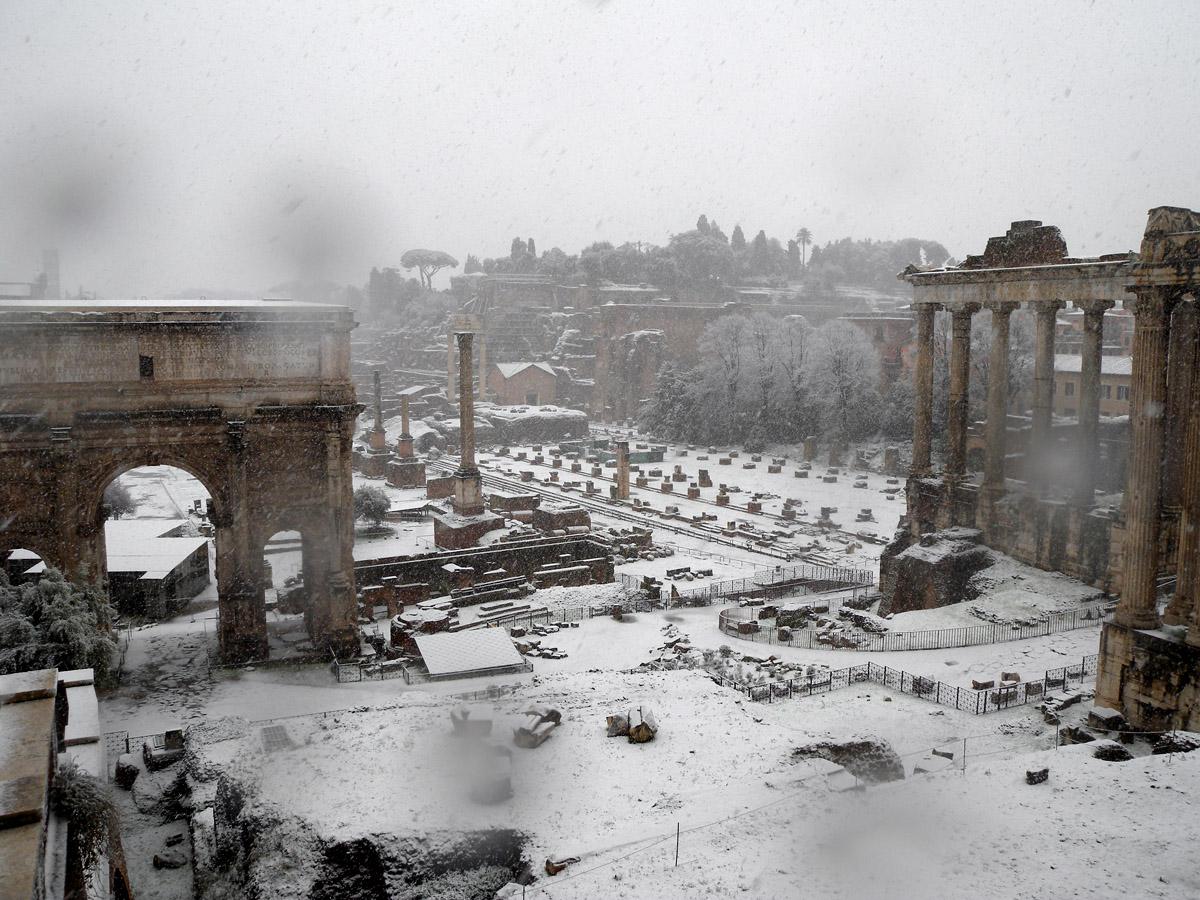 Neve a Roma, città paralizzata. Appennini sepolti da 1 metro di neve fresca