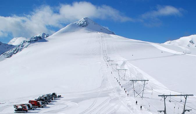 Inizia lo sgombero neve a Passo Stelvio, impianti aperti dal 31 maggio