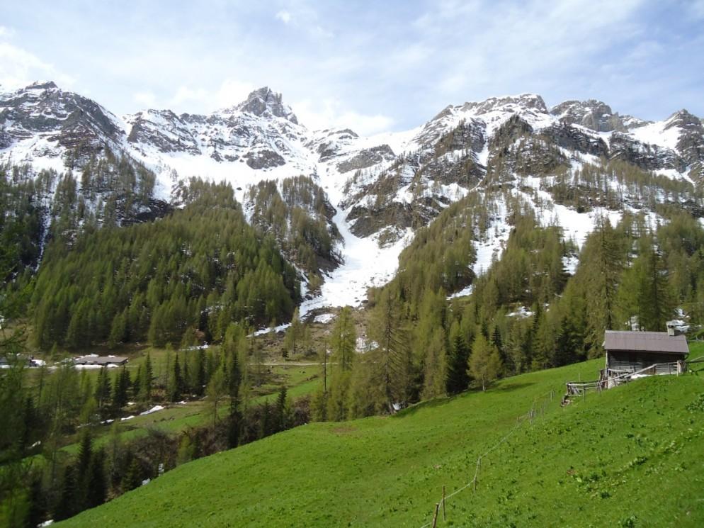 Slalom d'estate a Passo San Pellegrino, ancora 6 metri di neve sulle Dolomiti