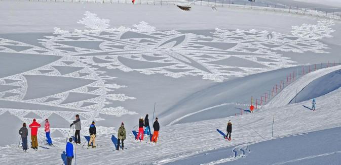 sciatori guardano cerchio di neve