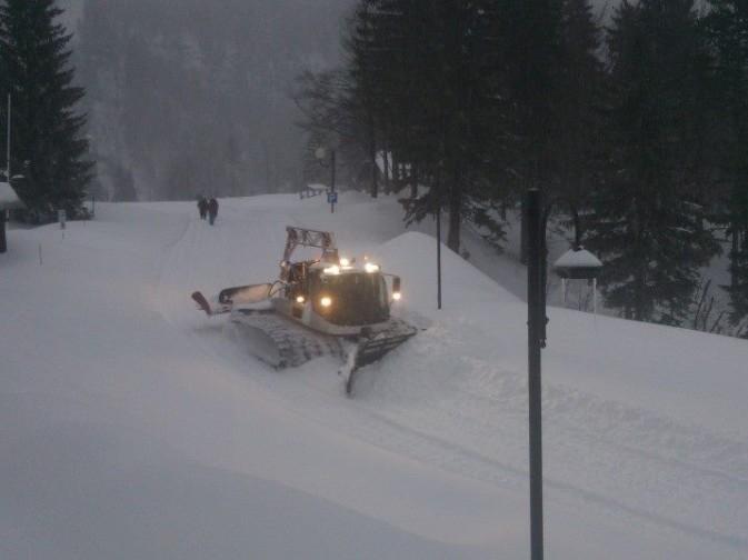 Gatti delle Nevi al lavoro per sgomberare le strade a Sella Nevea