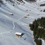 ciaspolare sulla neve inverno